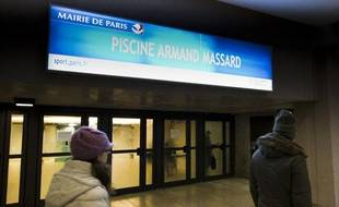 Le mouvement de grève se poursuit chez les maitre-nageurs dans les piscines municipales parisiennes, comme ici à la piscine Armand Massard à Montparnasse.