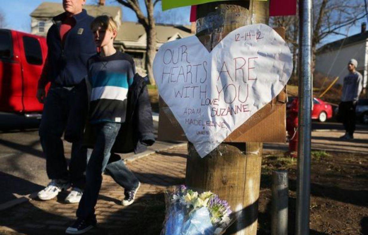 Pourquoi ? Comment ? L'Amérique horrifiée cherchait de difficiles réponses samedi, découvrant les premiers visages des 20 enfants et six adultes massacrés dans une école primaire de Newtown (nord-est), par un jeune de 20 ans. – Spencer Platt afp.com