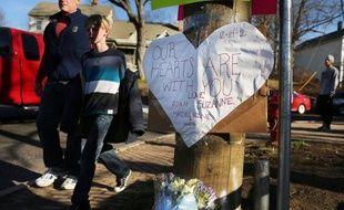 Pourquoi ? Comment ? L'Amérique horrifiée cherchait de difficiles réponses samedi, découvrant les premiers visages des 20 enfants et six adultes massacrés dans une école primaire de Newtown (nord-est), par un jeune de 20 ans.