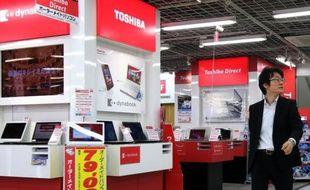 Stand de vente de produits Toshiba dans un magasin de Tokyo, le 11 mai 2015