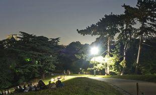 Les Buttes Chaumont (19e), la nuit