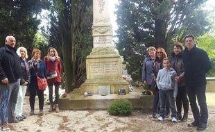 A Assas, les descendants des Poilus morts pour la France, qui habitent toujours le village de leurs aïeux, posent devant le monument aux morts.