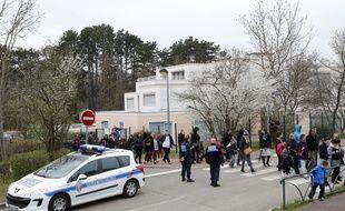 Une marche silencieuse sans slogan ni banderole, organisee par un collectif de parents d'eleves, en soutien aux enfants de l'ecole de Villefontaine, en Isère, victimes presumees de viols par le directeur de l'etablissement. Villefontaine, (Isere) FRANCE-28/03/2015. /FAYOLLE_Photo027/Credit:Pascal Fayolle/SIPA/1503281937