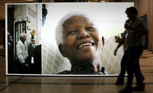 Une photo géante de Nelson Mandela au Cap, en Afrique du Sud, le 27 juin 2013