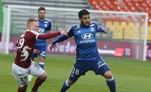 Nabil Fekir est ici en train d'effacer le joueur messin Florent Mollet, mercredi au stade Saint-Symphorien. François NASCIMBENI