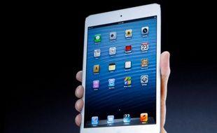 L'iPad mini, présenté le 23 octobre 2012, propose un écran de 7,9 pouces et pèse 308 grammes, soit deux fois moins que son grand frère.
