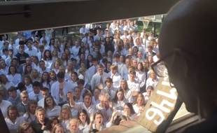 Atteint d'un cancer, le professeur Ben Ellis a obtenu le soutien de 400 élèves de l'établissement du lycée dans le Tennessee (Etats-Unis) où il enseigne. Les élèves se sont réunis le 7 septembre 2016 pour lui exprimer leur compassion en chanson.