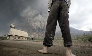 Le mont Sinabung est entré en éruption, le 1er février, dans le nord de Sumatra (Indonésie).