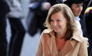 """La compagne du président de la République, la journaliste Valérie Trierweiler, a endossé jeudi pour la première fois son rôle d'""""ambassadrice"""" de la Fondation Danielle Mitterrand en inaugurant une vente aux enchères à son profit."""