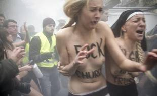 Des militantes des Femen ont été brutalisées en marge de la manifestation contre le mariage pour tous, le 18 novmebre 2012 à Paris.