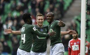 Robert Beric (au centre), ici félicité par Jonathan Bamba et Bryan Dabo, n'a pas manqué son retour sous le maillot vert, ce dimanche en Coupe de France.