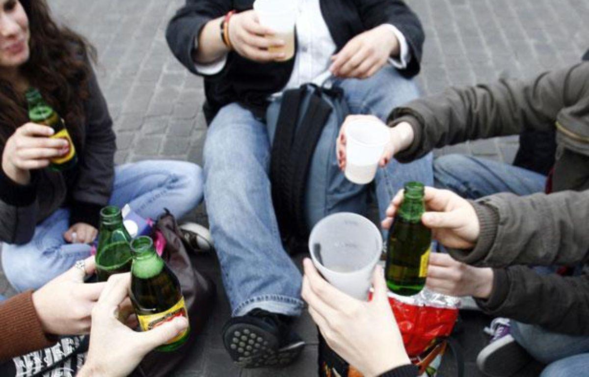 Des jeunes boivent de l'alcool dans la rue. Illustration. – REUTERS/Stephane Mahe