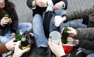 Des jeunes boivent de l'alcool dans la rue. Illustration.