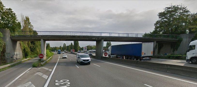 La passerelle qui enjambe l'Aurouroute A35 au niveau de Ostwald. Capture d'écran. Google street view