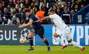 Lionel Messi échappe à Kyle Walker.