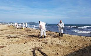 Des agents procèdent au nettoyage d'une plage varoise polluée aux hydrocarbures
