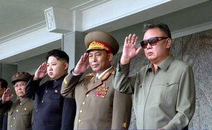 Le dirigeant nord-coréen Kim Jong-Il est mort samedi d'une crise cardiaque, léguant à son fils Kim Jung-Un, désigné pour sa succession, un pays parmi les plus fermés au monde, doté de l'arme nucléaire mais isolé au plan diplomatique, ainsi qu'une économie moribonde.