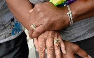 """Le gouvernement américain a annoncé lundi que les couples mariés de même sexe peuvent maintenant présenter une demande de """"carte verte"""", le très précieux permis de séjour permanent, tout comme les couples hétérosexuels mariés, dans un nouveau geste pour mettre fin à la discrimination des homosexuels."""