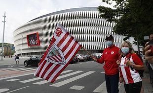 Des fans de l'Athletic Bilbao devant le stade San Mames, le 14 juin 2020.