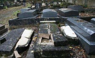 Quarante-neuf tombes ont été profanées au cimetière juif de Bar-le-Duc (Meuse), a-t-on appris dimanche auprès du commissariat de la ville.