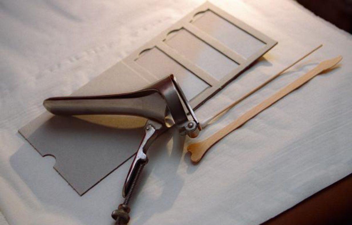 Un spéculum servant aux examens gynécologiques et du matériel pour effectuer un frottis vaginal. – AFP PHOTO DIDIER PALLAGES