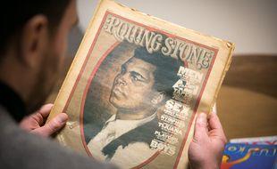Julien Gless avec un magazine Rolling Stone qui date des années 1970.