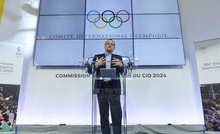 Patrick Baumann en conférence de presse lors de la visite de la commission d'évaluation du CIO à Paris, le 16 mai 2017.