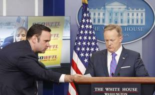 Dan Scavino (à g.), chef des réseaux sociaux à la Maison Blanche, passe un message à Sean Spicer, à l'époque porte-parole de la présidence américaine, le 14 février 2017.