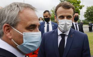 Au lendemain des régionales, Emmanuel Macron n'a pas commenté les résultats décevants de LREM, mais il a croisé celui qui veut le battre en 2022, Xavier Bertrand, lors d'une visite d'usine à Douai (Nord).