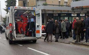 Un jeune Italien soupçonné d'être l'auteur d'une fusillade perpétrée à partir d'une voiture ce samedi 3 février 2018 à Macerata (Italie), a été arrêté par la police, qui a annoncé que les personnes blessées par les tirs étaient des étrangers.