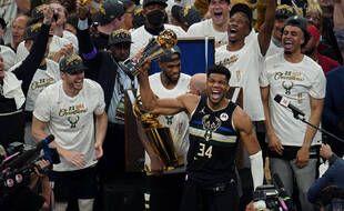 Giannis Antetokounmpo et les Milwaukee Bucks ont remporté la finale NBA 4-2 face aux Phoenix Suns, avec une victoire décisive le 20 juillet 2021.