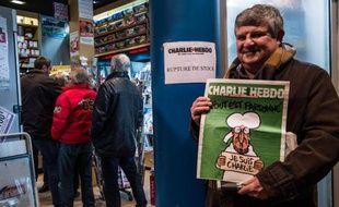 File d'attente chez un marchand de journaux le 14 janvier 2015 à Paris