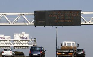 Un panneau recommandant une baisse de vitesse de 20km/h en cas de pollution sur le périphérique de Lille.