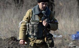 Un membre d'une équipe de démineurs rebelles prorusses examine une grenade neutralisée dans la ville de Debaltseve en Ukraine, le 27 février 2015