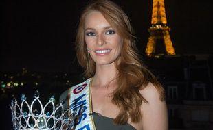 Miss France 2018, Maëva Coucke, présente la couronne de Miss France 2019.