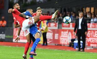 Le Brestois Haris Belkebla à la lutte avec le Rennais Raphinha lors du match entre le Stade Brestois et le Stade Rennais le 14 septembre.