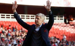 Arsène Wenger remercie les supporters d'Arsenal pour son dernier match à l'Emirates Stadium, le 6 mai 2018.