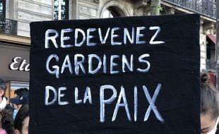 Une affiche pendant la manifestation contre les violences policières, dimanche 29 novembre à Paris.