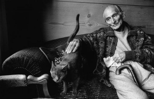 Le peintre Balthus avec son chat Mitsuko, Grand Chalet de Rossinière, Suisse, 1999