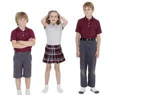 Des élèves portant un uniforme.