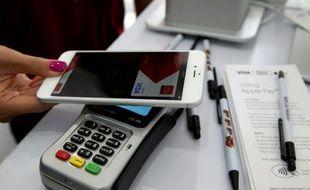Démonstration d'un paiement sans contact avec la solution Apple Pay du groupe américain à San Francisco le 20 octobre 2014