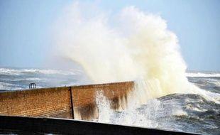 Après une légère accalmie mercredi en fin de journée, la tempête qui frappe la côte Atlantique depuis mardi soir devait repartir de plus belle jeudi et se prolonger jusqu'à vendredi matin avec une vigilance orange sur cinq départements, a annoncé mercredi soir Météo France.
