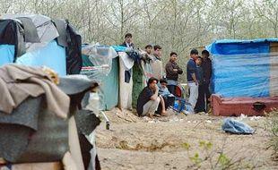 Des migrants près de la Jungle de Calais en avril 2009