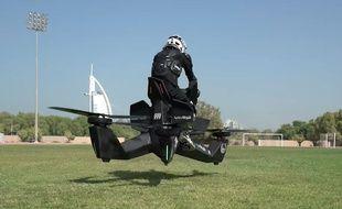 La police de Dubaï teste l'Hoverbike S3, une sorte de moto montée sur drones.