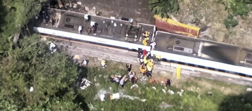 Sur cette photo des pompiers taïwanais, on voit des secouristes s'affairer sur les lieux du déraillement du train.