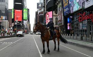 Un policier dans les rues presque désertes de New York.
