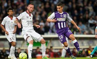 L'attaquant du TFC Wissam Ben Yedder face au défenseur de Nice Didier Digard lors du match de Ligue 1 entre les deux équipes, le 23 mai 2015 au Stadium de Toulouse.