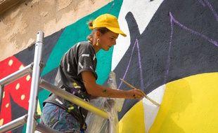 A 25 ans, Perrine Honoré réalise des fresques sociales et solidaires.