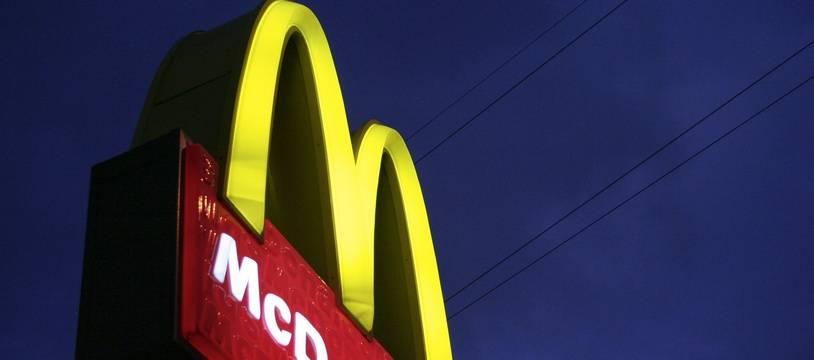 Enseigne de la chaîne de restauration rapide McDonald's. Illustration.