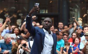 Moussa Sissoko profite du bain de foule au lendemain de la finale de l'Euro perdue avec les Bleus, le 11 juillet 2016.